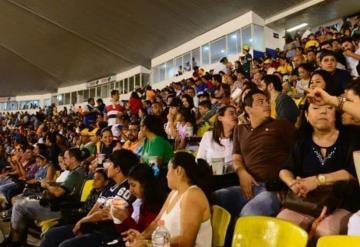 """Aficionados de los Olmecas salen """"pintados"""" tras la inauguración"""