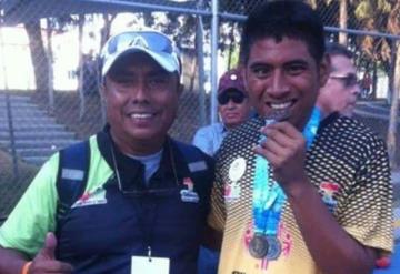 Joven deportista especial comparte su alegría al ganar oro, plata y bronce
