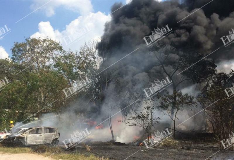 Incendio acaba con tres vehículos y un par de remolques
