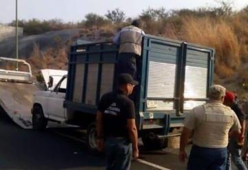 Abandonan una camioneta con 9 cuerpos en Tixtla, Guerrero