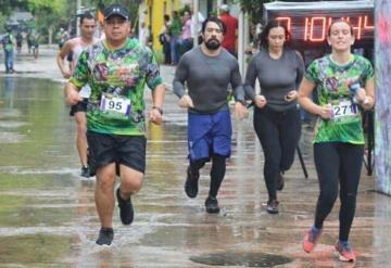 Corredores participan en Desafío Oxolotán bajo la lluvia