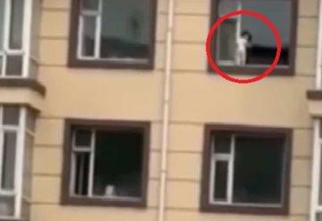 ¡Niño desafió a la muerte!: Paseaba por una ventana de una quinta planta
