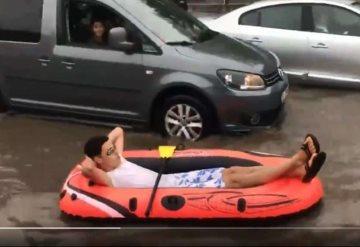VIDEO: Hace rafting en una calle inundada