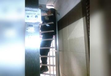 Policía se queda atorado en puerta de baño por no querer pagar