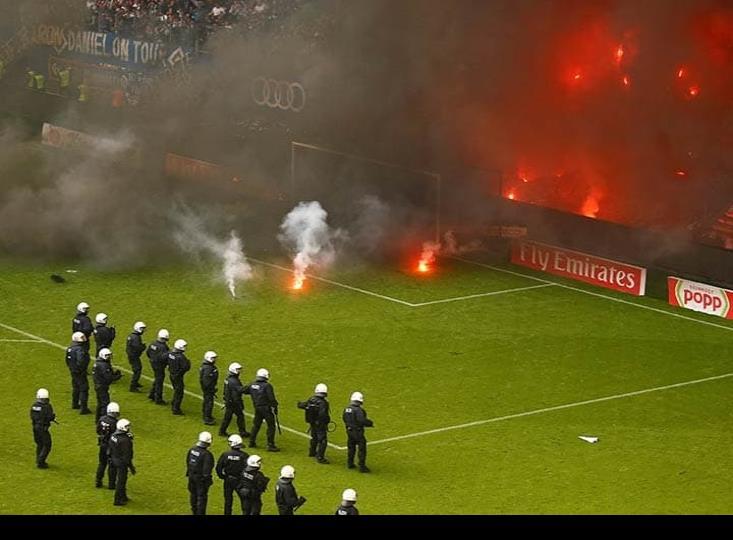 Aficionados provocan caos en el estadio del Hamburgo