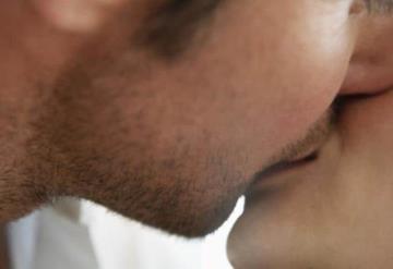 Le muerde la lengua a su novio por terminarla