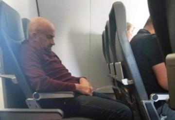 Captan orinando a sujeto en asiento durante vuelo