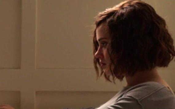 Culpa a serie de Netflix del intento de suicidio de su hija