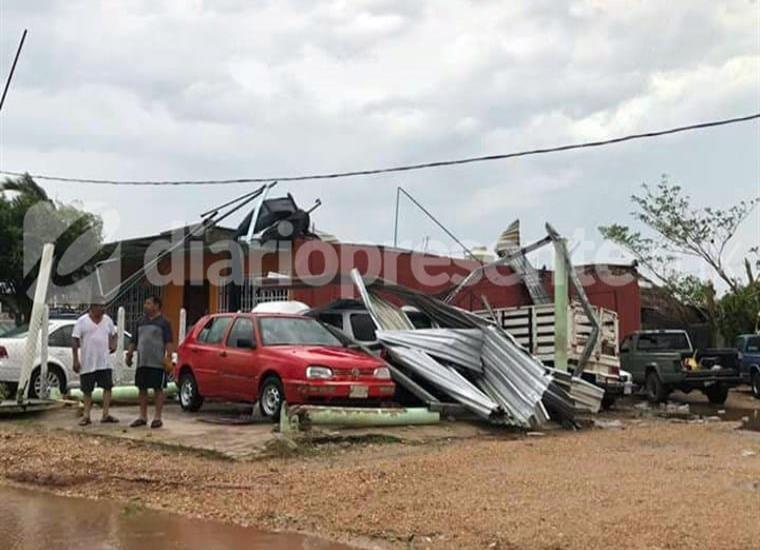 En Jonuta, fuerte tromba derriba techos en mas de una docena de casas