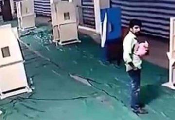 Video: Besa a su bebé y lo abandona en una iglesia