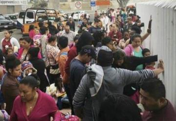 Padres e hijos duermen sobre cartones en la frontera pidiendo asilo en EU