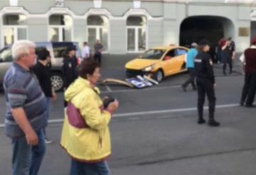 VIDEO: Taxi en Moscú atropella aficionados  mexicanos