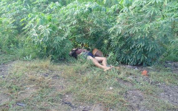 Aparece mujer sin vida en carretera