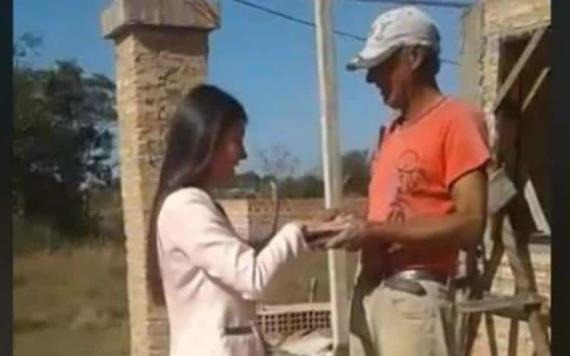 VIDEO: Joven visita a su padre albañil a la obra para decirle que ya se tituló