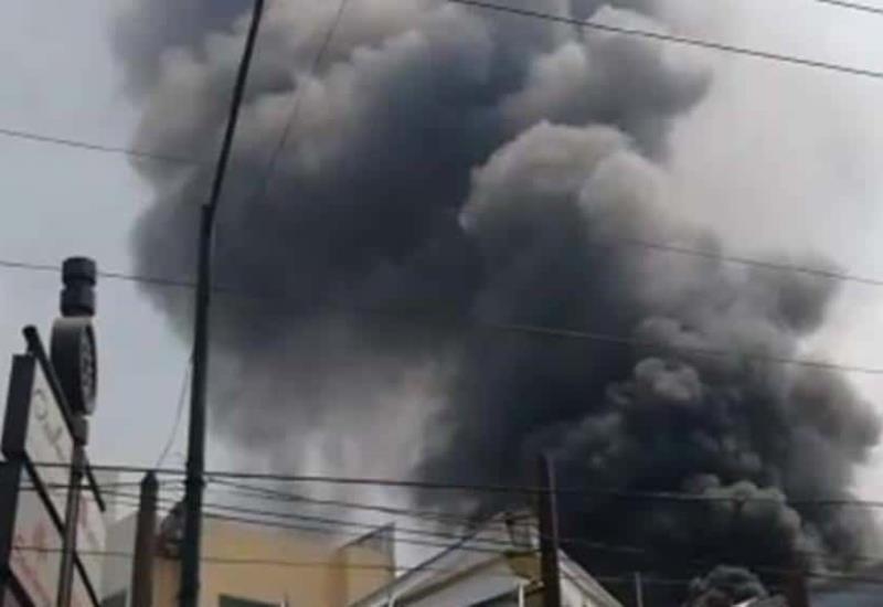 Fuerte incendio en plaza comercial de CDMX