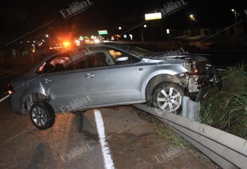 Destrozado y sobre la línea que divide carriles terminó un auto en carretera Vhsa-Cárdenas
