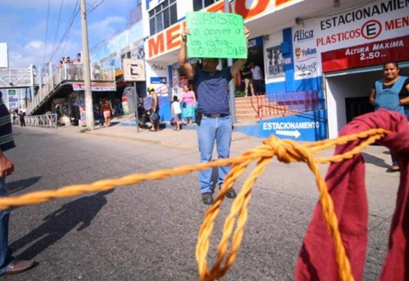 Así el bloqueo en Puente Grijalva 1 carril de baja y alta, por locatarios del Mercado Provisional