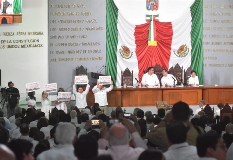 Protestan priistas desde el Congreso del Estado al inicio de la toma de protesta de Adán Augusto