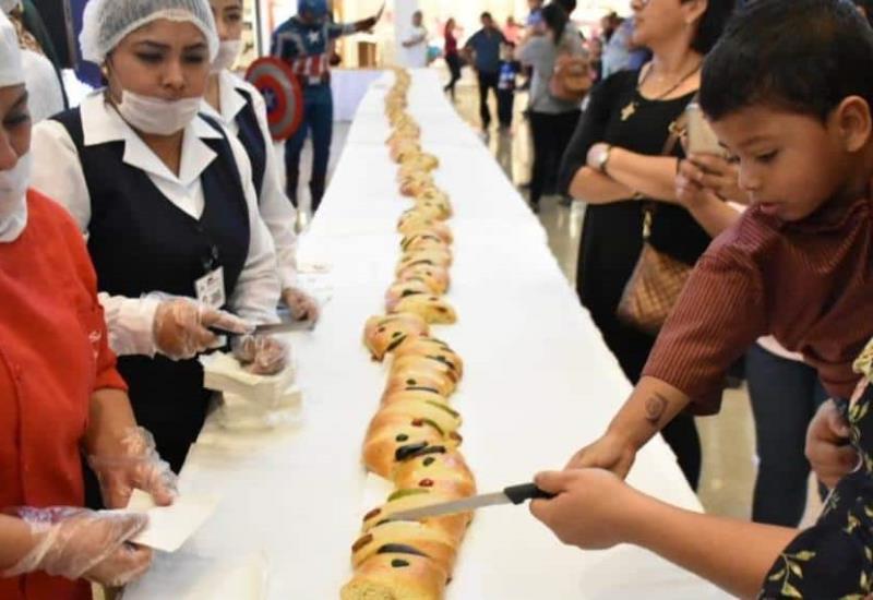 Festeja Plaza Altabrisa a niños y niñas con la tradicional Partida de Rosca de Reyes