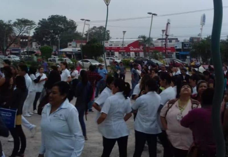 FOTOGALERIA: Así desalojaron tabasqueños sus lugares de trabajo por fuerte sismo