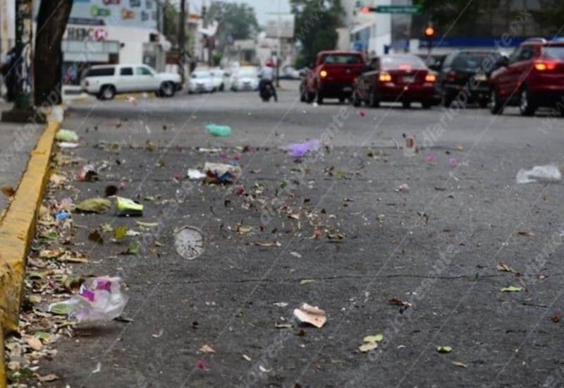 El viento que azotó esta tarde, provocó que la basura se dispersa por las calles de la ciudad