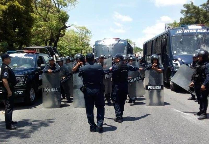 Antimotines liberan la circulación sobre Avenida Universidad