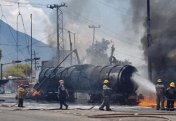 Tras choque arde pipa llena de combustible