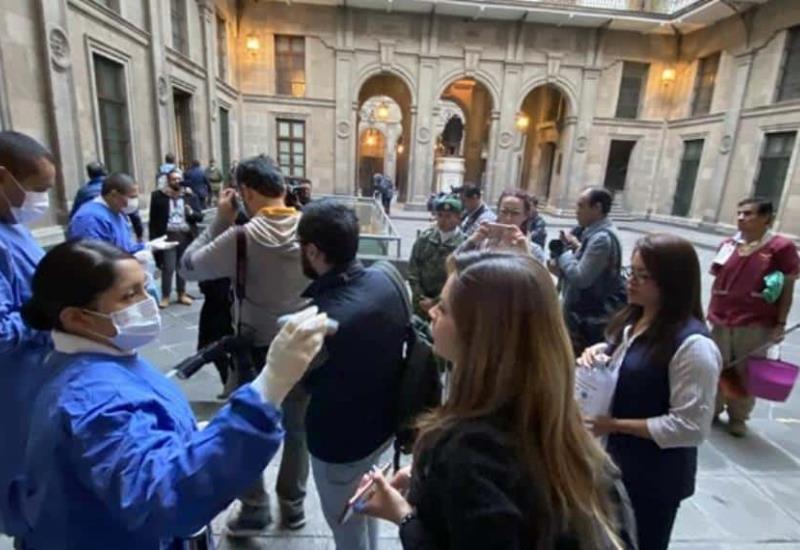 Revisan a reporteros de la 'mañanera' antes de entrar a Palacio Nacional