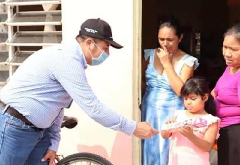 El DIF Jonuta entrega juguetes casa por casa, en este Día del Niño