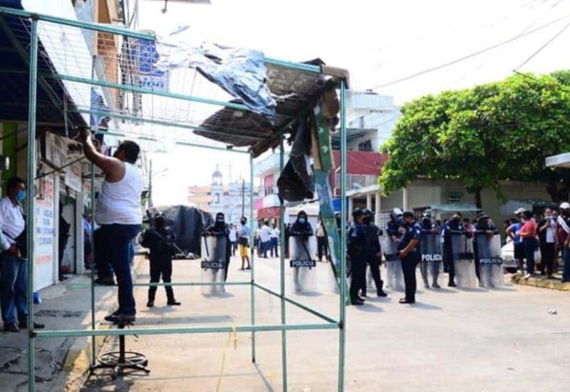 Desalojan a comerciantes de la Villa Ocuiltzapotlán, en el municipio de Centro