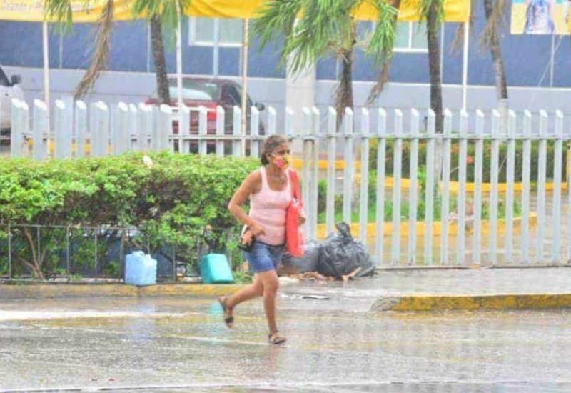 Lluvia sorprende a villahermosinos