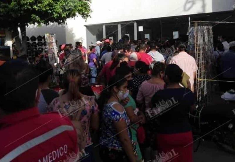 Ignoran sana distancia y se aglomeran afuera de sucursal bancaria en Macuspana