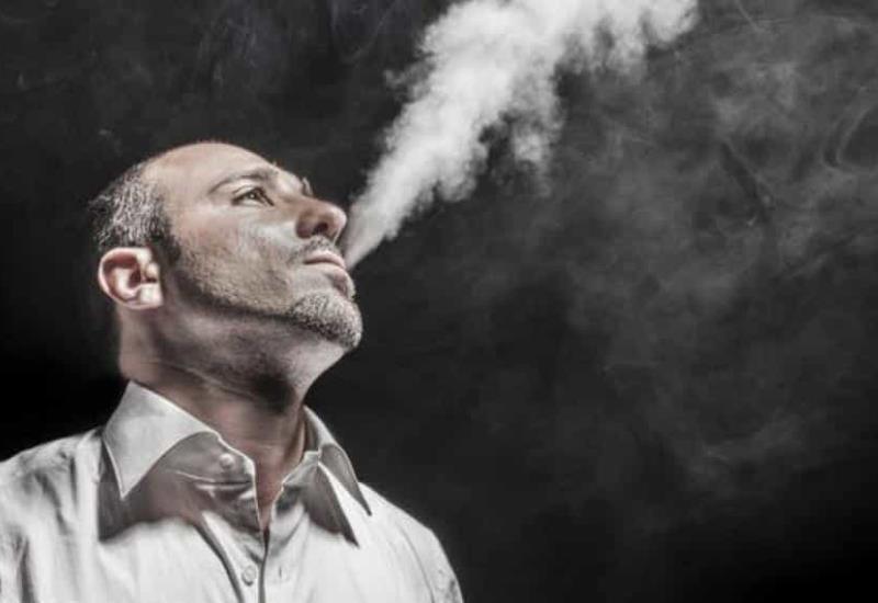 ¿Covid-19 puede transmitirse por el humo del cigarro?