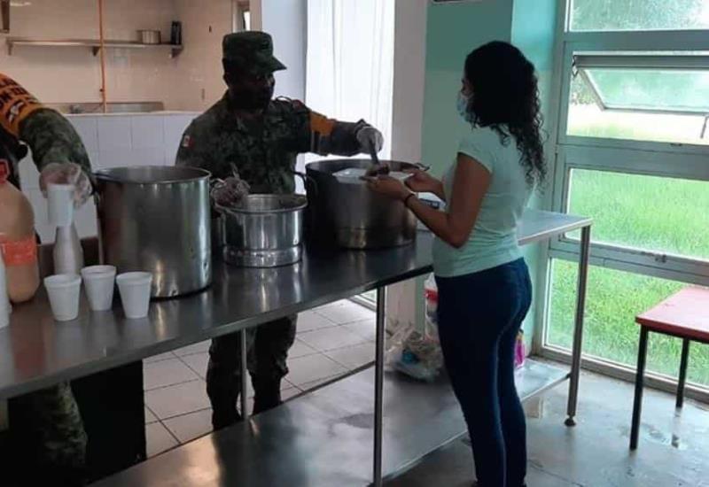 37/o Batallón de Infantería proporcionó el desayuno a personas albergadas en el municipio de Centro